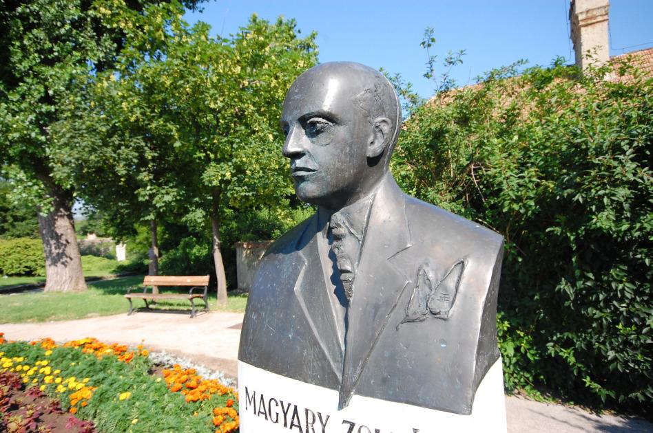 Balás Eszter: Magyary Zoltán mellszobra, 2004