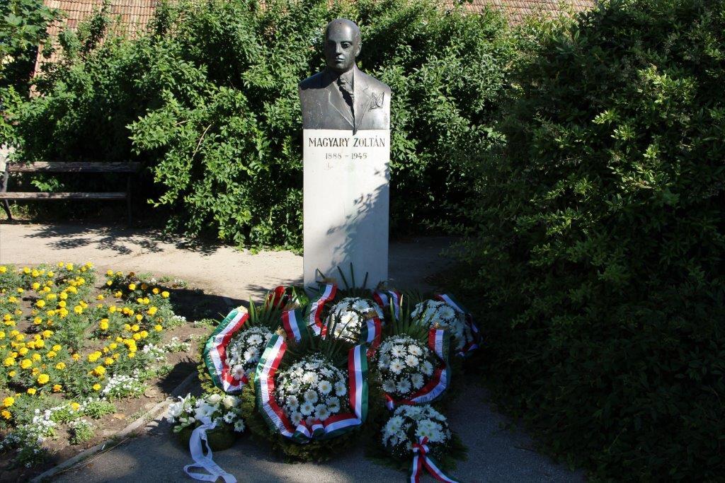 Tata - Magyary szobor